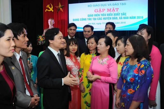 Bộ trưởng Phùng Xuân Nhạ lắng nghe tâm tư của các thầy cô giáo Ảnh: LƯƠNG NGUYỄN
