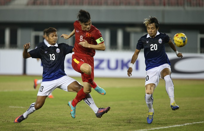 Công Vinh trong ghi bàn vào lưới Campuchia mở tỉ số cho tuyển Việt Nam tối 26-11 Ảnh: Ngọc Linh