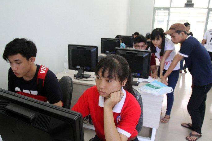 Thí sinh đăng ký xét tuyển qua mạng vào Trường ĐH Sư phạm Kỹ thuật TP HCM Ảnh: HOÀNG TRIỀU