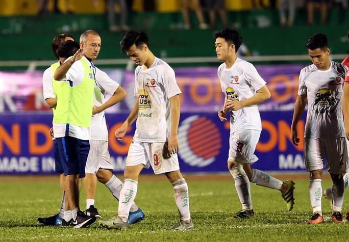 HLV Graechen an ủi các học trò sau thất bại ở loạt sút luân lưu 11 Ảnh: Quang Liêm