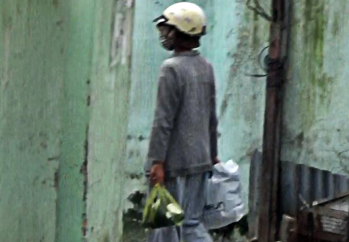 Sau khi khất thực trên đường Trần Não (quận 2), sư cô này vào một quán nước kiểm đếm lại thu nhập trong ngày, rồi lên xe buýt về nhà trên quận 8, TP HCM.