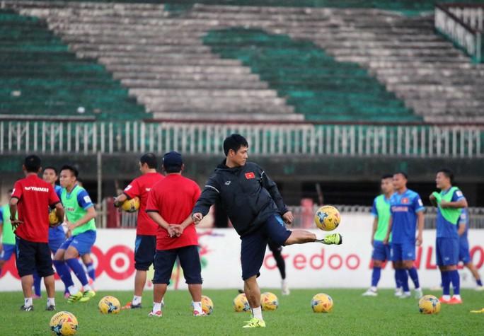 HLV Hữu Thắng trong buổi tập của tuyển Việt Nam trước trận gặp Myanmar Ảnh: NGỌC LINH