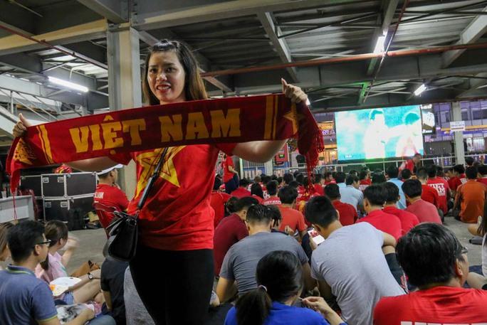 Nhà Văn hóa Thanh niên TP HCM đón nhiều CĐV đến xem cổ vũ cho đội tuyển
