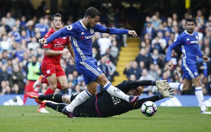 Hazard đi bóng qua thủ môn Schmeichel của Leicester và ghi bàn thứ hai cho Chelsea Ảnh: REUTERS