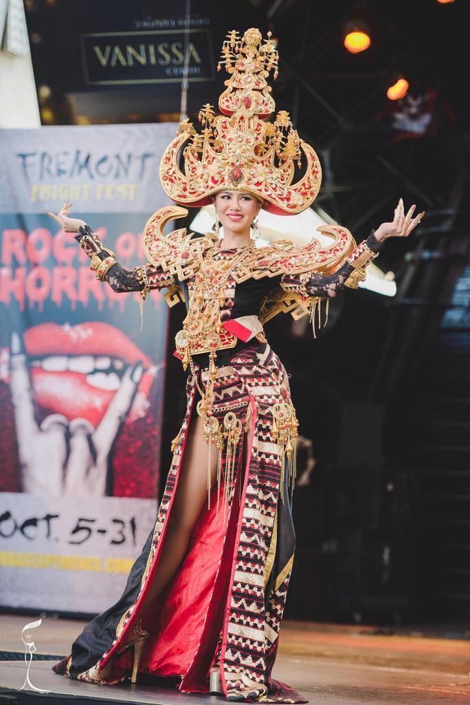 trang phục truyền thống dự thi của Ariska