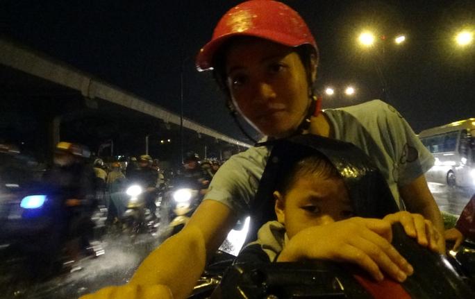 Những người không sửa được xe máy buộc phải mệt mỏi dắt xe hàng cây số để tìm chỗ sửa xe.