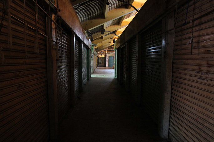 Một số sạp đã vận chuyển xong hàng hóa để lại không khí vắng vẻ tại đây
