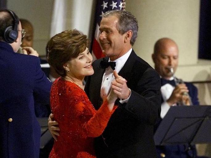 Có ai nhận ra cựu Tổng thống George W. Bush và phu nhân Laura ngay từ đầu? Ảnh: CBS NEWS