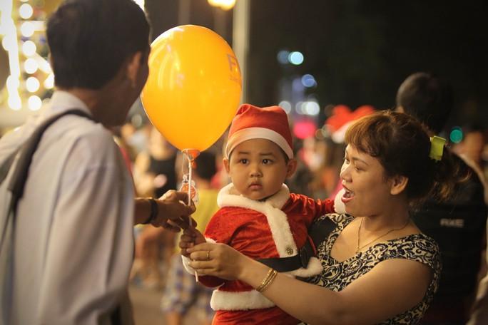 Bé Bo (2 tuổi) cùng mẹ dạo chơi Noel