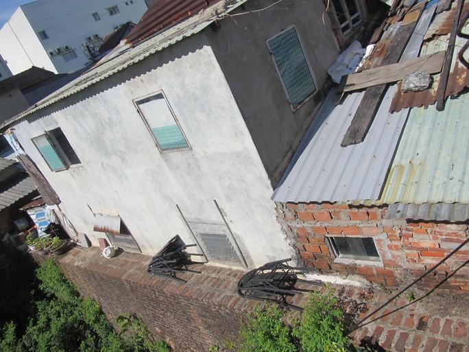 Nhà dân xây trái phép dùng cả tường thành Điện Hải để làm móng Ảnh: QUANG QUÝ