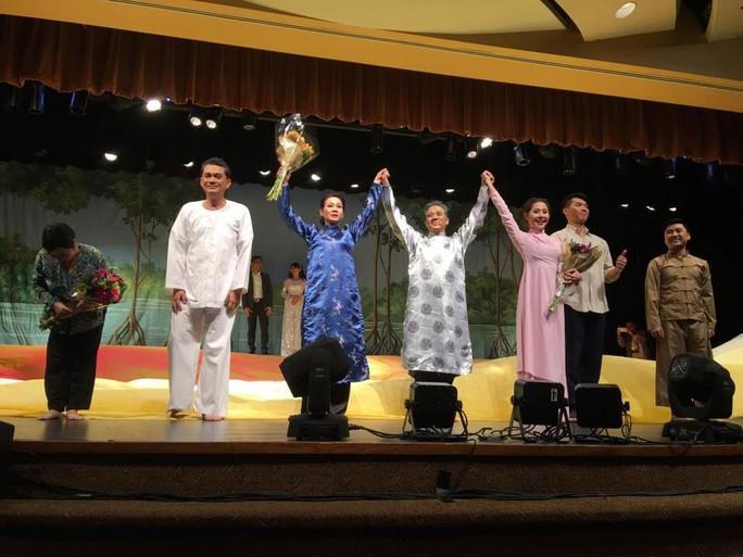 Các nghệ sĩ trong vở diễn được khán giả chào đón nồng nhiệt Ảnh: MINH CƯỜNG