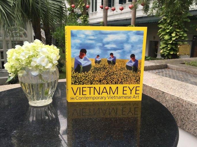 """Triển lãm """"Vietnam Eye"""" trưng bày tác phẩm của các nghệ sĩ đương đại đã thành danh cũng như các nghệ sĩ mới nổi của Việt Nam diễn ra đến ngày 13-1-2017 tại Trung tâm Văn hóa Ý, Hà Nội."""