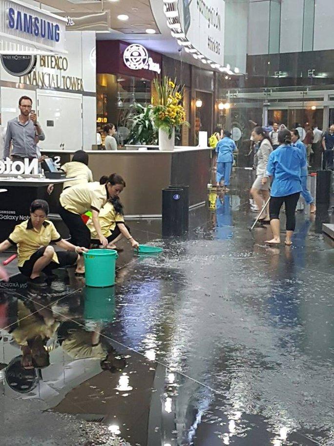 Nhân viên tòa nhà Bitexco (quận 1) đang tích cực lau dọn nước bị dột.