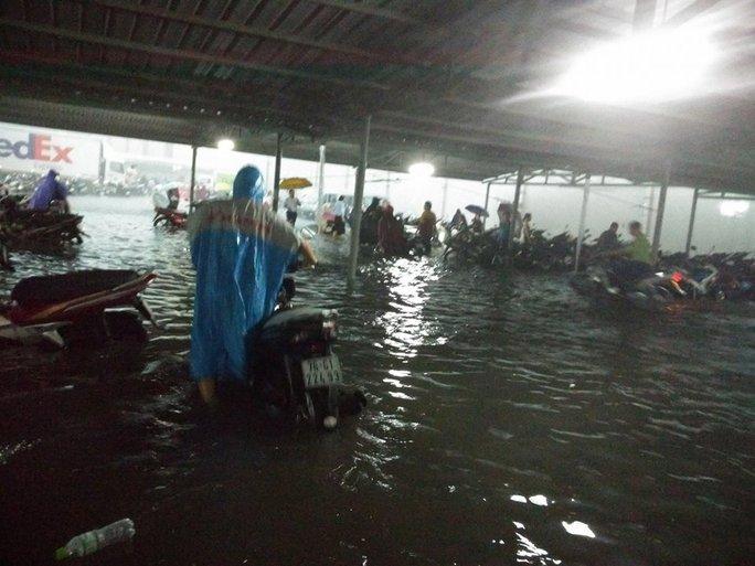 Khu vực gần sân bay Tân Sơn Nhất bị ngập nặng