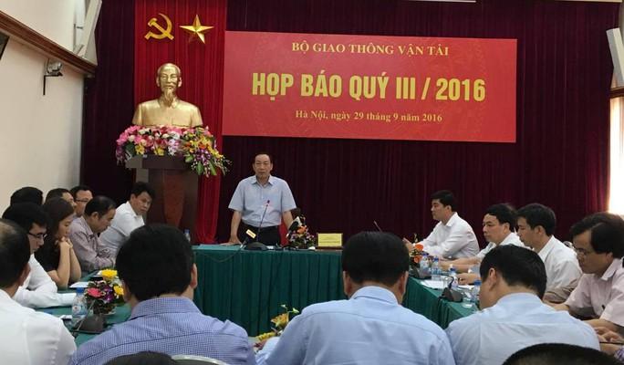 Thứ trưởng Bộ GTVT Nguyễn Hồng Trường trả lời tại buổi họp báo chiều 29-9 - Ảnh: Văn Duẩn