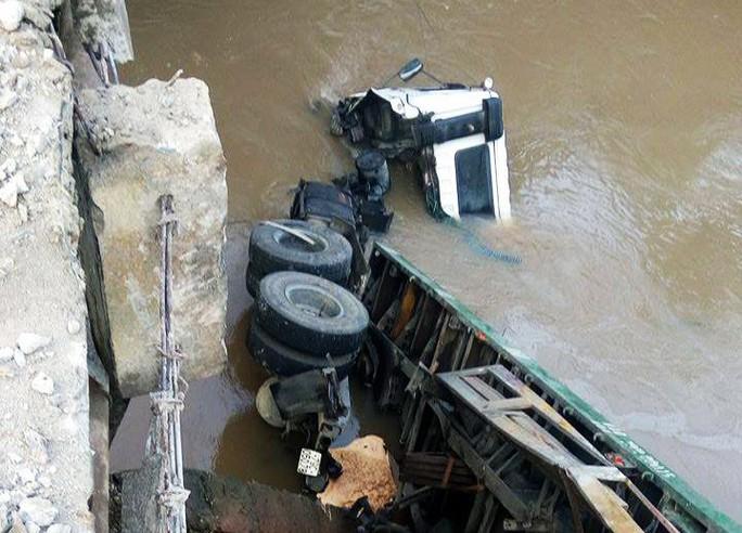 Xe container húc đổ thành cầu, lao hẳn xuống nước