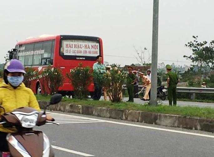Hiện trường vụ tai nạn khiến 2 học sinh bị xe khách tông chết. Ảnh Công Nghĩa
