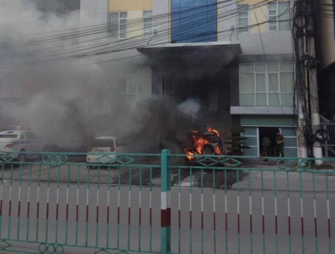 Vụ cháy ô tô trước cửa trụ sở Công an phường Cửa Ông - Ảnh: Facebook