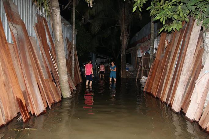 Tại khu vực đường Lương Định Của (phường An Phú, Quận 2), từ khoảng 5 giờ 30 triều cường dâng lên từ 30cm đến hơn 1m khiến hàng trăm nhà dân bị ngập.