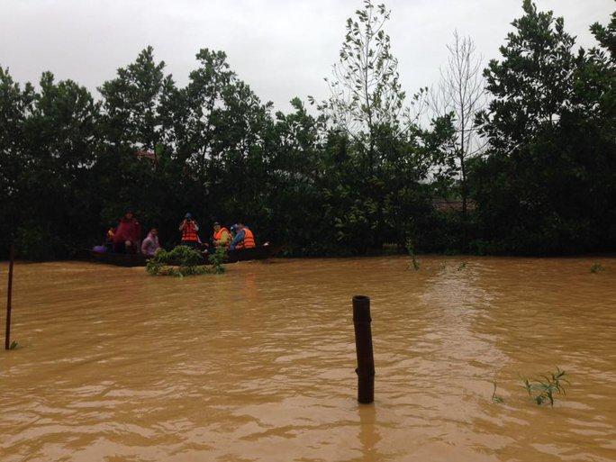 Lực lượng chức năng cứu hộ người dân bị mưa lũ cô lập ở huyện Hương Khê, tỉnh Hà Tĩnh - Ảnh: Đức Ngọc