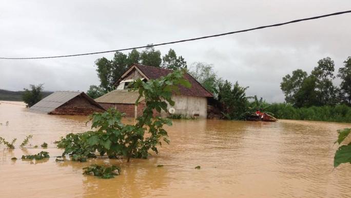 Mưa lũ ngập lên tới tận mái nhà ở huyện Hương Khê - Ảnh: Đức Ngọc
