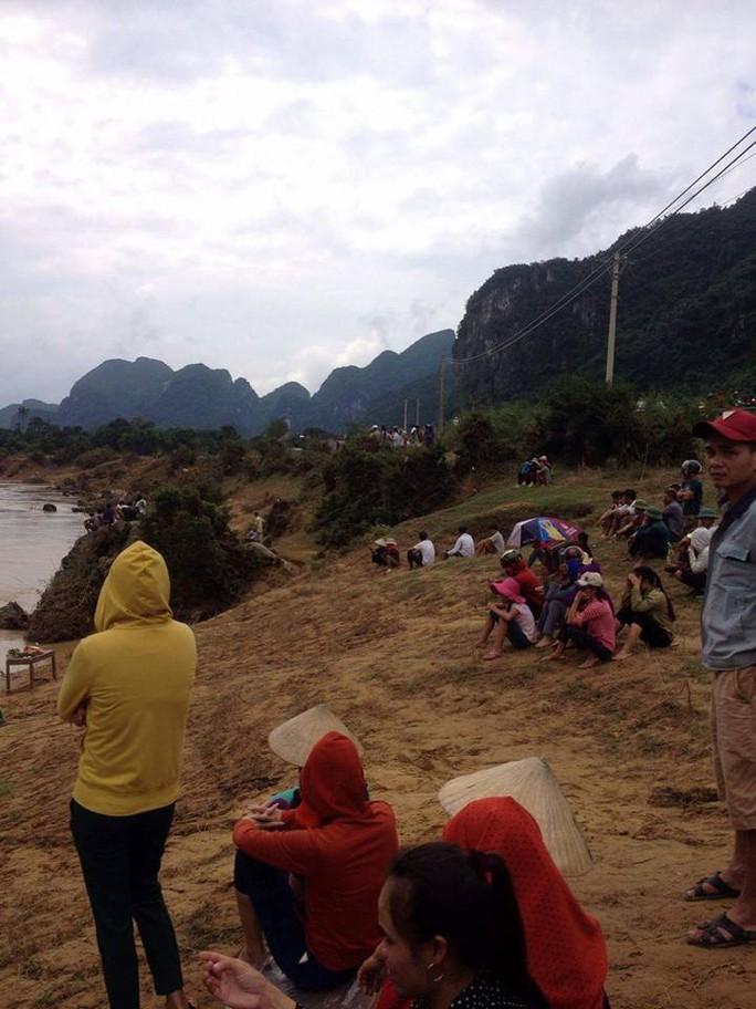Chính quyền địa phương và người dân đang triển khai công tác tìm kiếm thi thể nạn nhân