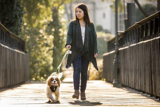 Nina Pham đi dạo cùng chó cưng sau khi khỏi bệnh. Ảnh: Dallas News