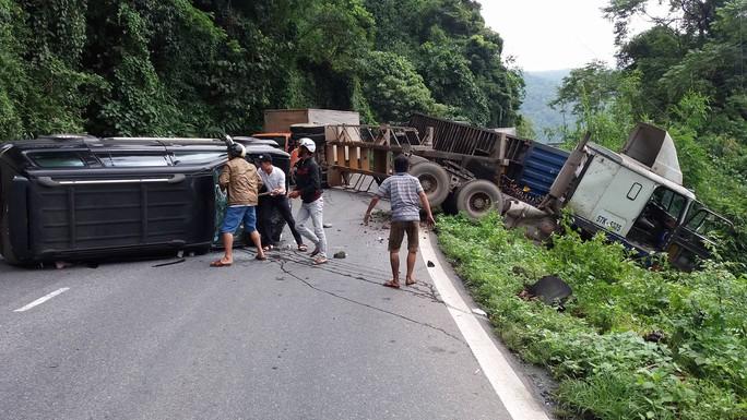 Người dân dùng búa, xà beng đạp vỡ kính xe 7 chỗ cứu người bị nạn đưa đi cấp cứu.