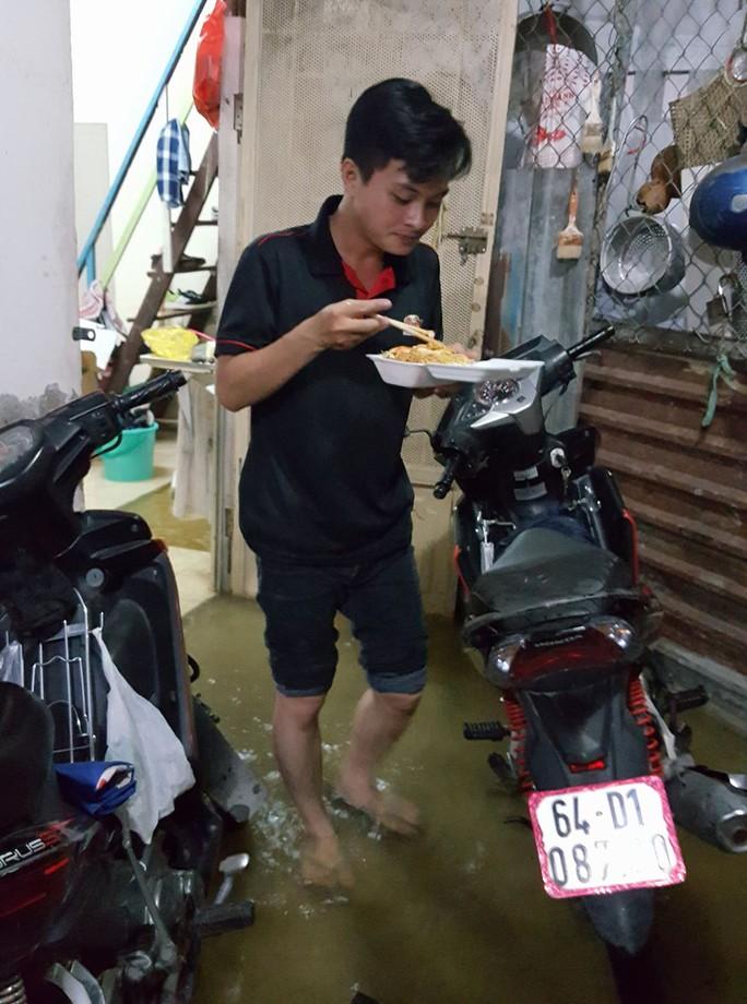 Anh Phạm Hoàng Minh Tuấn (ngụ quận 7) cho biết, từ chiều đến giờ khổ sở vật lộn với triều cường. Trước đó, vào sáng nay một đợt triều cũng tràn vào nhà.