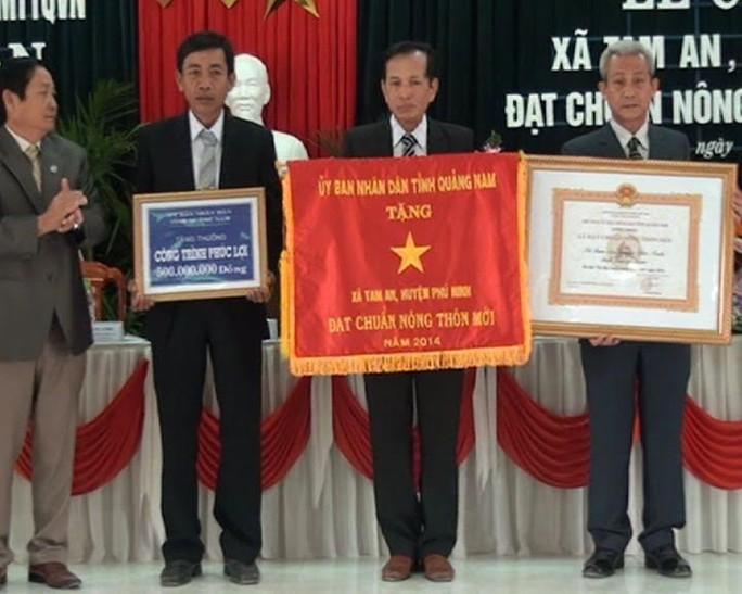 Ông Bùi Văn Toàn (ngoài cùng bên phải) có đơn xin từ chức Chủ tịch UBND xã Tam An