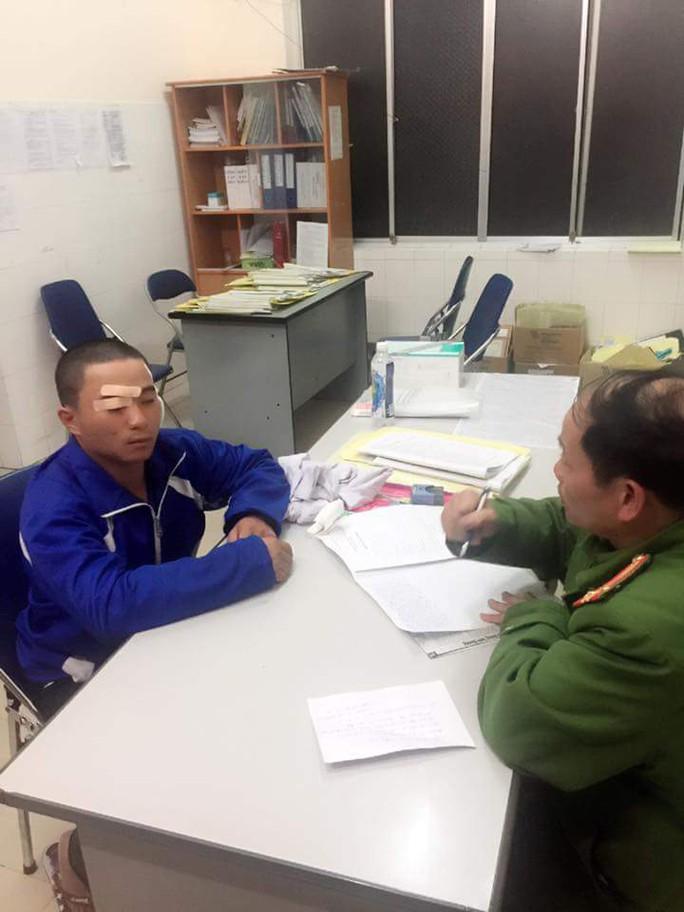 Tài xế Kiều Quốc Trung trình báo sự việc tại Công an TP Đà Lạt.