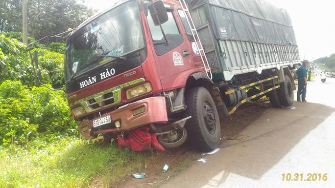 Sau khi va chạm với xe máy của hai phụ nữ, xe tải lao xuống bên lề đường mới dừng lại