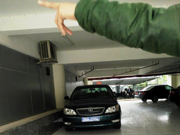Chiếc xe biển xanh hết hạn đăng kiểm hơn 4 tháng nhưng ông Nguyễn Xuân Phi vẫn đi đến cơ quan - Ảnh chụp sáng ngày 4-11 tại hầm để xe của Thành ủy TP Thanh Hóa