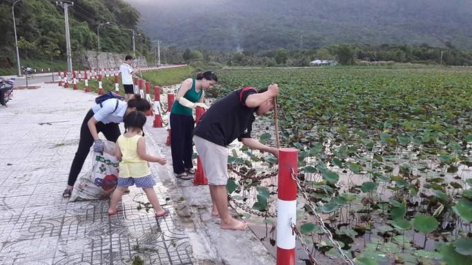 Người dân tham gia hưởng ứng chiến dịch thu gom rác