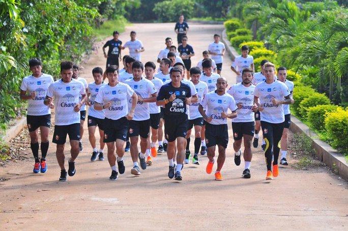 HLV Kiatisuk muốn Thái Lan dốc toàn lực bảo vệ ngôi vô địch AFF Suzuki Cup