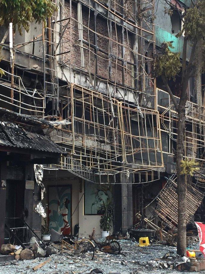 Hiện trường vụ cháy quán karaoke làm 13 người chết