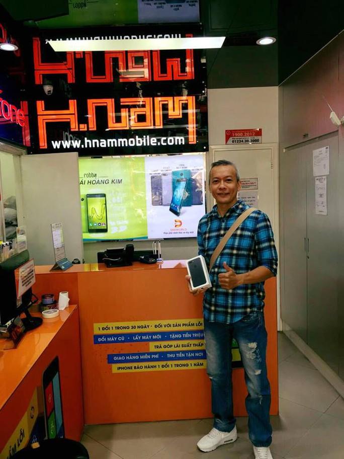 Khách hàng đầu tiên nhận iPhone 7 Plus màu đen tại HNAMMOBILE.