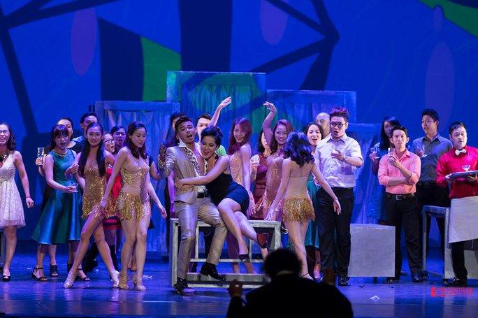 Giọng nữ cao Phạm Khánh Ngọc (áo đen, ngồi) cực kỳ nóng bỏng quyến rũ trong vai Gabrielle hoang dã
