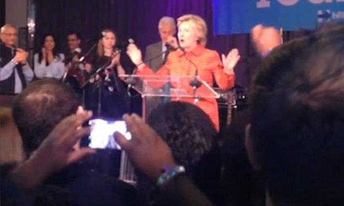 Bà động viên các thành viên trong ê kíp hãy tiếp tục hoạt động chính trị mạnh mẽ. Chồng bà - cựu Tổng thống Bill Clinton, con gái của họ Chelsea Clinton và trợ lý Abedin đứng cạnh vỗ tay cổ vũ cho bà.