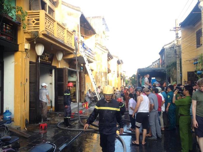 Lực lượng cảnh sát PCCC có mặt dập lửa tại căn nhà cổ