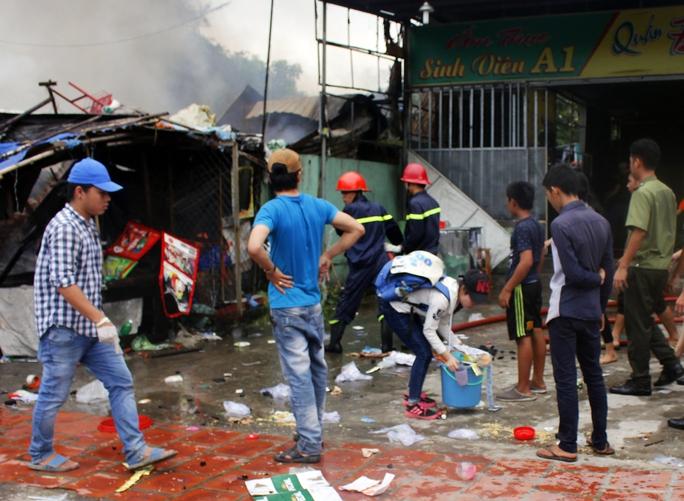 Bạn Nguyễn Thị Minh Thùy cho biết: Tôi đang đi học về thấy đám cháy lớn nên vào hỗ trợ người dân thu gom hàng hóa, đồ đạc. Người ta gặp nạn đã rất khổ rồi, mình giúp được chút gì thì cố gắng giúp.