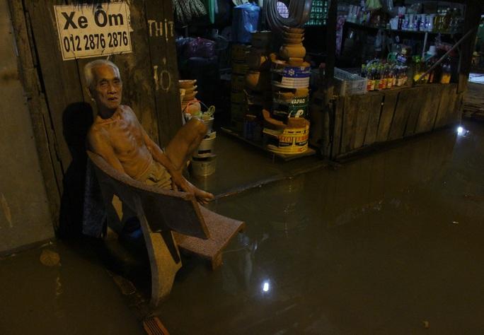 Ngập hoài nên quen rồi, đồ đạc mình kê sẵn lên cao hết rồi. Bây giờ chờ khi nào nước rút thì dọn dẹp thôi - một người dân sống trên đường Lê Văn Lương chia sẻ.