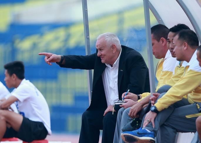 HLV Petrovic chỉ đạo CLB Thanh Hóa ở một trận giao hữu chuẩn bị cho mùa bóng 2017 Ảnh: Hải Anh