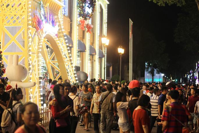 Từ đầu giờ chiều, không khí tại các nẻo đường thành phố đã bắt đầu nhộn nhịp, người dân đổ về khu vực trung tâm thành phố để vui chơi Giáng sinh.