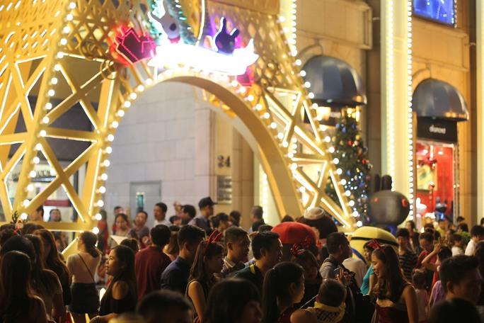 Ngay ở mặt tiền còn có ngọn tháp Eiffel được trang trí rất nhiều màu sắc. Những ánh đèn lung linh khiến nơi đây là điểm đến chụp ảnh của rất nhiều bạn trẻ Sài Gòn.