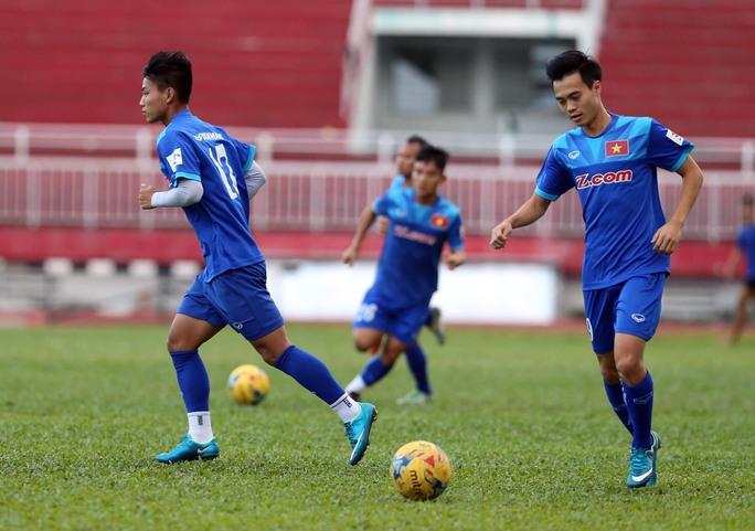 Nhiều người tin rằng với sự dìu dắt của những đàn anh, các cầu thủ trẻ như Văn Toàn (phải) sẽ đứng vững trước sức ép tại Indonesia Ảnh: Quang Liêm