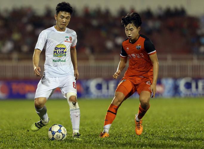 Xuân Trường (trái) trong trận U21 HAGL thắng U21 Gangwon 3-1 tối 22-12. Mùa sau, anh sẽ khoác áo đội A của Gangwon Ảnh: Quang Liêm