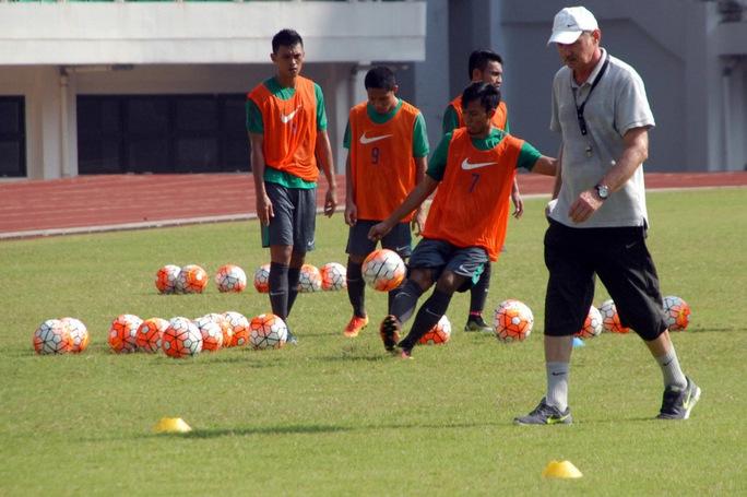HLV Riedl trên sân tập cùng đội tuyển Indonesia Ảnh: Jakatar Globe