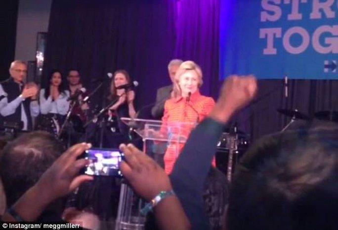 Bà Clinton được nhiệt liệt chào đón khi bước lên sân khấu chính bữa tiệc.