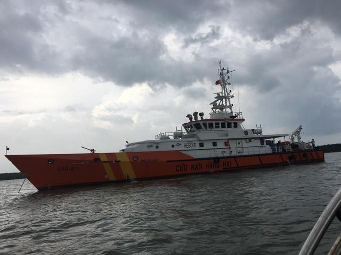 SAR 413 trực tiếp tìm kiếm tại hiện trường. Vị trí sa lan chìm khoảng 28 m